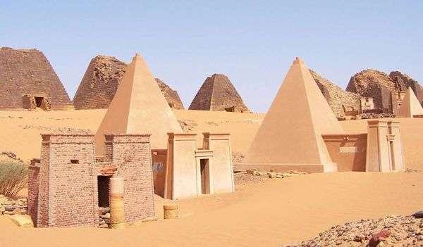 Constructions pyramidales sur le site de Kerma. UNESCO.