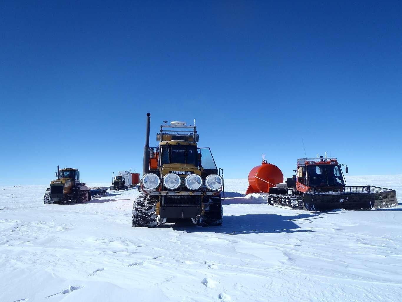 Ensemble du convoi du raid scientifique en Antarctique mené durant l'été austral 2011/2012. Le matériel a été acheminé par voie maritime jusqu'à la station française Dumont d'Urville (en Terre Adélie) au départ de l'Australie. Il a ensuite rejoint la base Concordia par voie terrestre (1.100 km). © Gregory Teste, LGGE