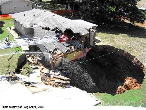 Une maison endommagée à la suite d'un effondrement de doline en Floride, en 2006. Il s'est produit exactement le même événement à Tampa, en mars 2013. Jeff Bush était en train de dormir, lorsque juste en dessous de lui, le sol s'est écroulé. © Doug Gouzie