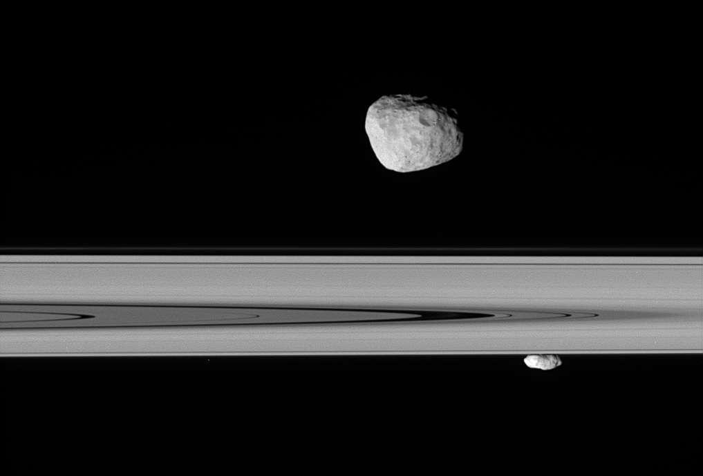 Prométhée et l'anneau F vue sous un autre angle. Au fond, un autre satellite berger de l'anneau F Pandora (Crédit : Cassini imaging team NASA).