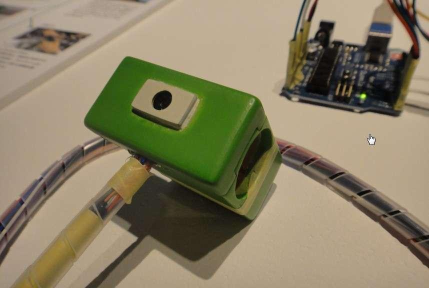 Le prototype Ubi-cam est pour le moment relié à un PC via un câble, ce qui limite son champ d'utilisation. Mais les chercheurs japonais ont prévu de le doter d'une connexion sans fil. © Institute of Advanced Media Arts and Sciences