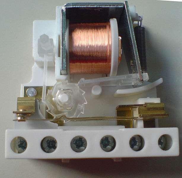 Le télérupteur fonctionne via un champ magnétique créé par une bobine. © Magnus Manske, domaine public, Wikimedia Commons