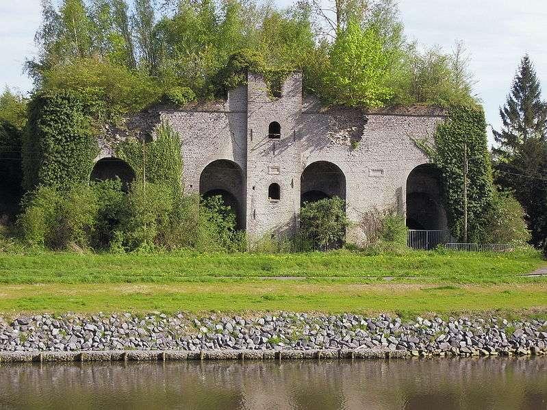 Ruines d'un ancien four à chaux servant à amender les sols trop acides. © J-P Cuvelier, Wikimédia domaine public