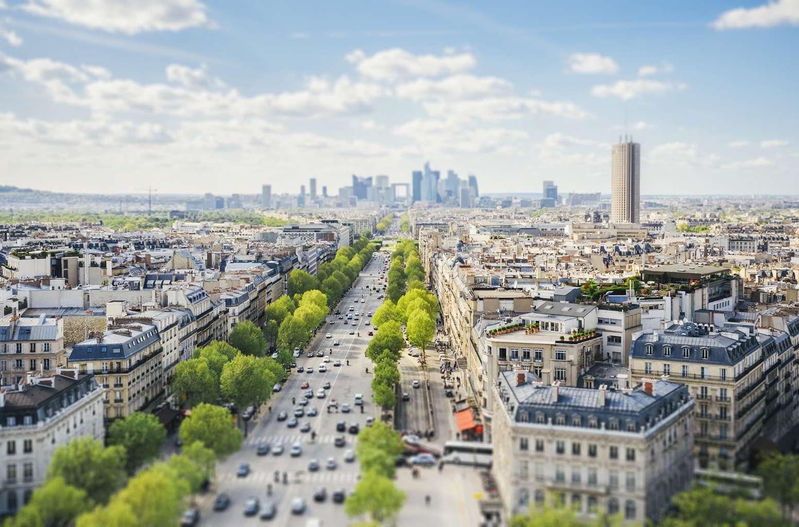 Selon une étude dévoilée par l'association environnementale ICCT, les émissions polluantes aux oxydes d'azote (NOx) des voitures diesel, mêmes des modèles les plus récents, à Paris, sont au-dessus des normes prévues par l'Union européenne. © instamatics / Istock.com