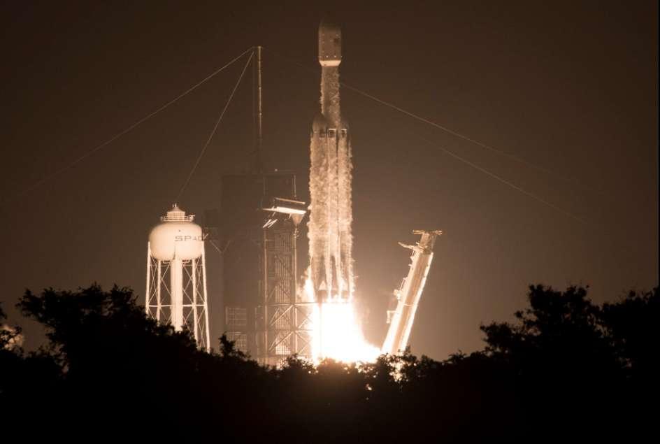Le Falcon Heavy a décollé du Centre spatial Kennedy le 25 juin 2019 à 2 h 30 du matin, heure locale, soit 8 h 30, heure de Paris, pour le troisième lancement de son histoire et probablement la mission la plus difficile jamais entreprise par SpaceX. © Nasa/Joel Kowsky