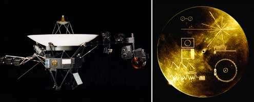 Un des sondes Voyager (à gauche) et un disque de cuivre plaqué or (à droite) ; chaque Voyager en renferme un ainsi qu'une cellule et une aiguille pour le lire. Le mode d'emploi se trouve sur la jaquette en aluminium du disque. Documents NASA
