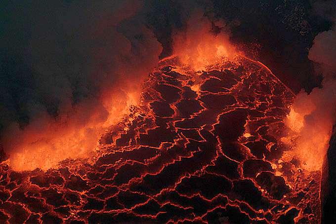 Le lac de lave du Nyiragongo. La surface de la Terre primitive devait beaucoup lui ressembler. © Stromboli online/J. Alean, R. Carniel, M. Fulle