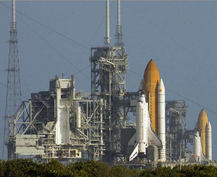 Atlantis, au second plan sur le pad 39-A, se prépare à effectuer la mission de maintenance de Hubble (STS-125). Au premier plan, Endeavour est déployée sur le pad 39-B (reconnaissable aux trois grands pylones para-foudres construits pour le nouveau lanceur Ares 1) afin de porter secours en cas de besoin à l'équipage de sa consœur (mission LON-400). Crédit Nasa