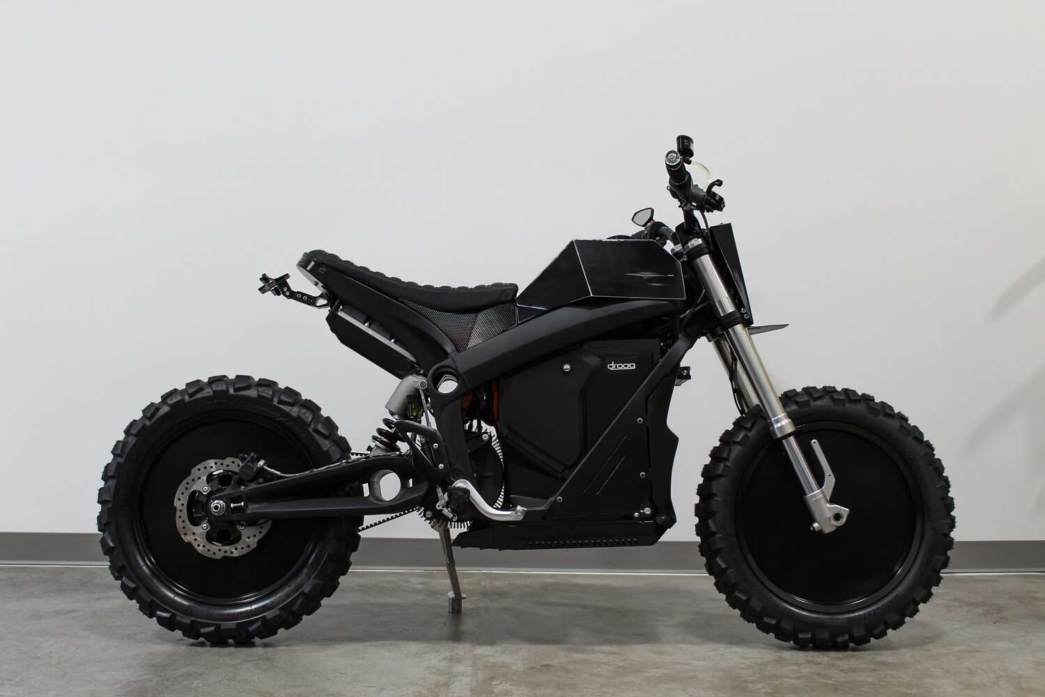Et sa transformation en DM-017 V2 E-Fighter par Droog Moto. © Droog Moto
