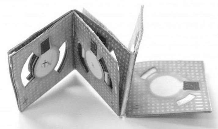 S'inspirant de la technique de pliage origami, cette batterie en papier est alimentée grâce à un métabolisme microbien produit à partir d'une goutte d'eau usée. Elle délivre quelques microwatts qui peuvent alimenter un biocapteur. © Université de Binghamton