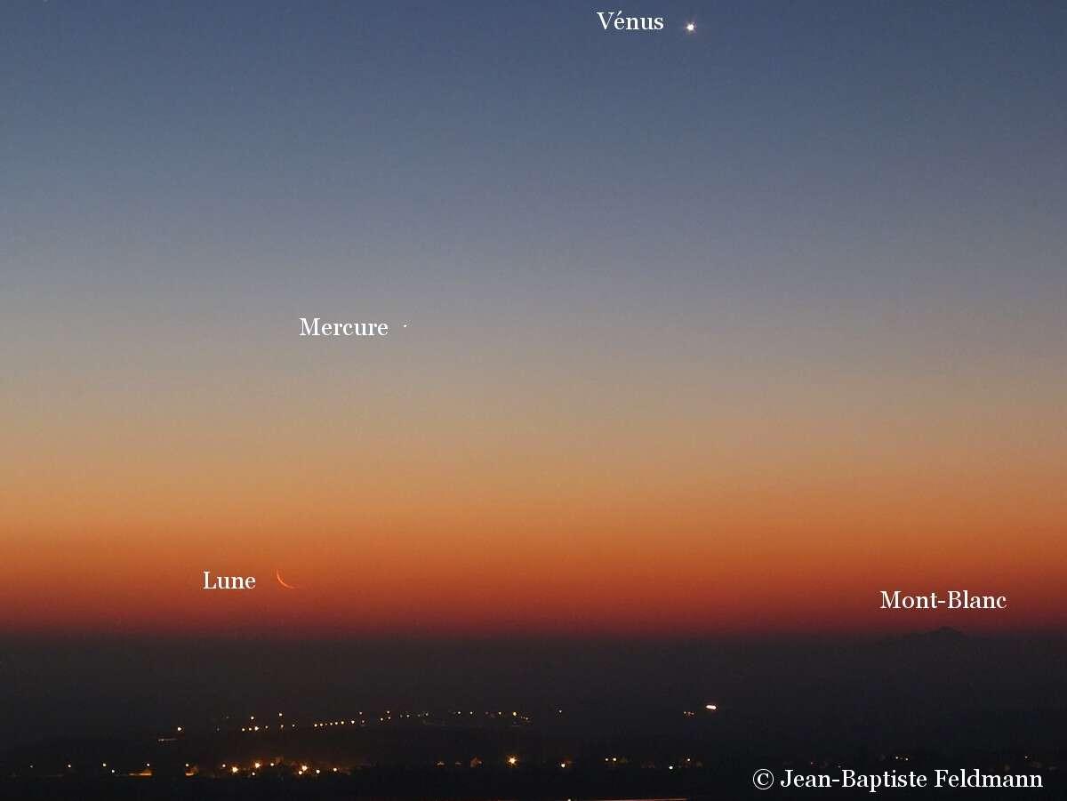 Fin d'année somptueuse pour les chasseurs de spectacles planétaires. Le 11 décembre à l'aube le fin croissant de Lune se lève sous les planètes Mercure et Vénus depuis la Bourgogne, alors que le Mont Blanc se détache à 210 km de distance. © Jean-Baptiste Feldmann