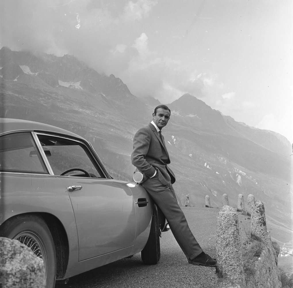 La célèbre Aston Martin DB5 de James Bond (interprété ici par Sean Connery), dans Goldfinger. © 1964 Danjaq, LLC and United Artists Corporation. All rights reserved.