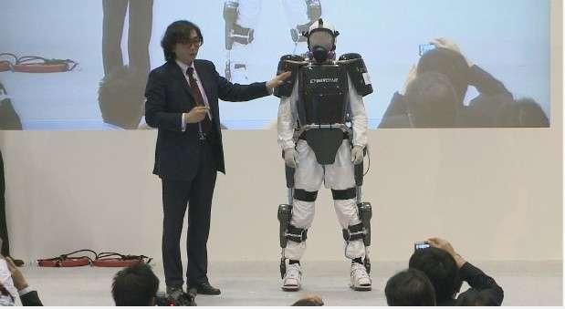 Durant la dernière Japan Robot Week 2012, Yoshiyuki Sankai a présenté la version de son exosquelette Hal conçue pour les équipes d'intervention amenées à évoluer dans des conditions difficiles après une catastrophe. Les plastrons de protection réalisés en tungstène afin de réduire l'exposition aux radiations. © Cyberdyne