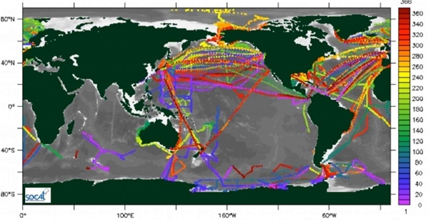 Un exemple d'observations du pCO2 océanique de 2009 à 2011 rassemblées dans la base de données Socat. Les valeurs quotidiennes sont moyennées pour ces trois années et le code couleur indique le jour de l'année. Des interpolations et des extrapolations doivent être faites pour les zones sans observations mais aussi pour les périodes sans mesures. Plusieurs méthodes existent et il fallait les comparer pour en évaluer la justesse. © Projet Socom, CNRS
