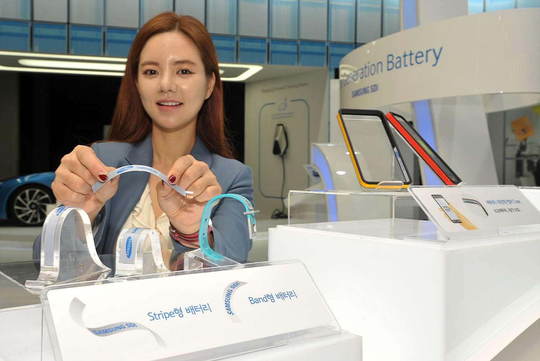 Dans les mains de cette démonstratrice sur le stand de Samsung, la batterie flexible Stripe exhibe sa souplesse. Sur les présentoirs, des bracelets de montres sont équipés de l'autre modèle, Band. © Business Wire