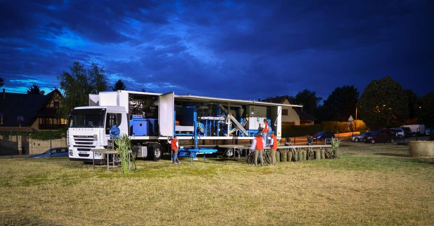 Le « granulateur mobile » récupère les déchets végétaux des champs et produit des granulés qui pourront alimenter des chaudières. © H-Énergie