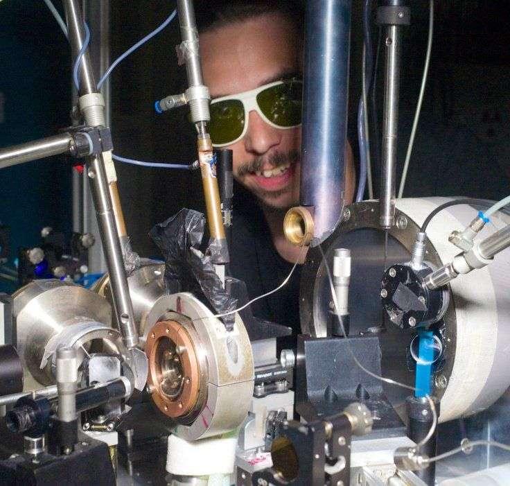 La ligne de lumière ID27, de l'ESRF, a permis en 2013 de préciser la température du noyau terrestre (entre 3.800 et 5.500 K), par analyse à l'aide d'un puissant faisceau de rayons X de grains de fer comprimés entre des diamants (au centre du cylindre de cuivre) et chauffés par laser. © Blascha Faust, ESRF