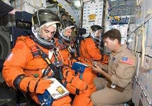 Léopold Eyharts, à l'avant-plan, en plein entraînement avec Stanley G. Love et Hans Schlegel pour leur prochaine mission STS-122. © Nasa