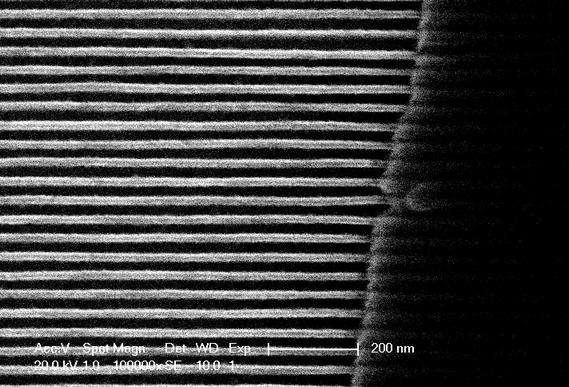 Un réseau de nanofils en YBCO de 20 nanomètres de diamètre. Crédit : James Heath