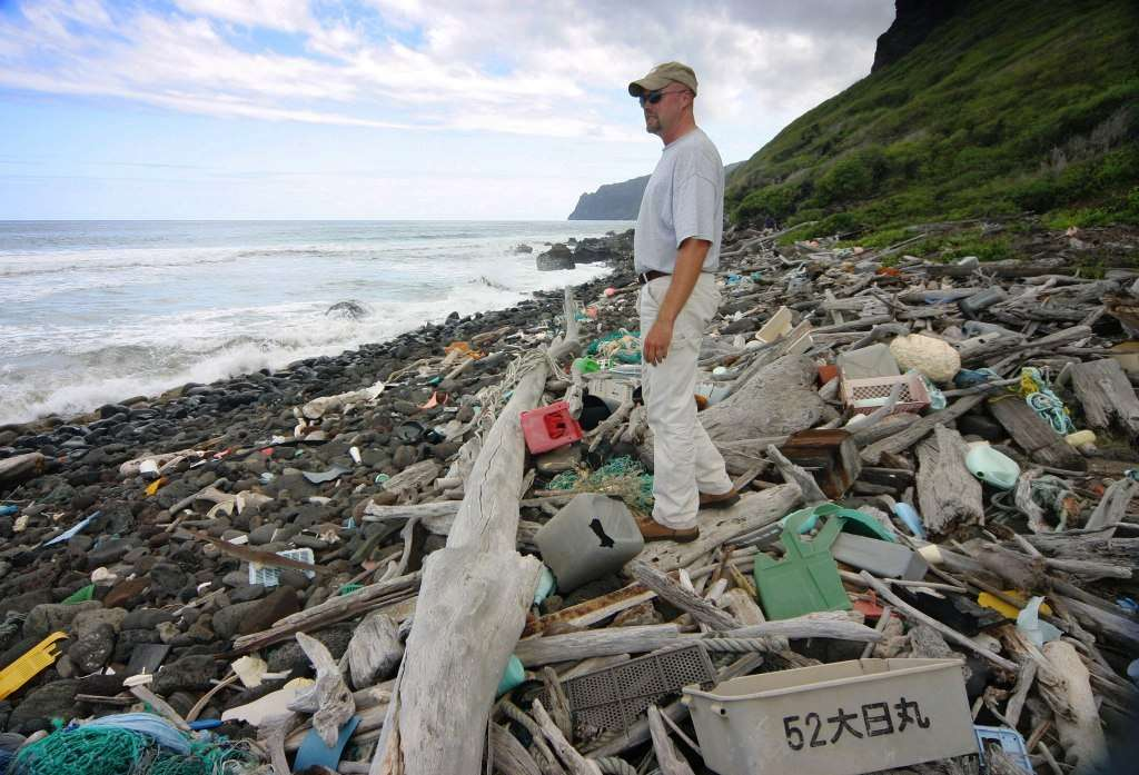 Le rivage de l'île de Niihau vers Hawaï, montre par endroit une pollution importante témoignant du problème non négligeable des rejets de matière plastique dans le Pacifique. © Polihale-wikipédia