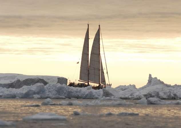 La goélette Tara quitte le port d'Ilulissat, dans la baie de Disko, au Groenland, en octobre 2013. L'arrivée de Tara à Lorient est attendue pour la fin de semaine. © F. Aurat, Tara Expéditions