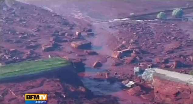 Un bassin de rétention recueillait les effluves toxiques de l'usine de production d'aluminium Ajkai Timfoldgyar Zrt, près de la vile d'Ajka, en Hongrie. Une énorme brèche s'est ouverte le lundi 4 octobre. Elle était visible la veille sur des images prises par satellite, affirme Greenpeace. (© Image d'un reportage diffusé sur BFM TV.)