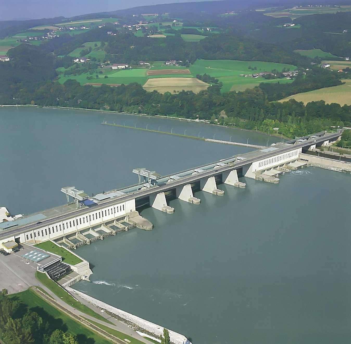 Les centrales gravitaires utilisent le même principe que les centrales hydroélectriques (ici, sur la photo), mais elles ne présentent pas de barrage ou de réserve d'eau. © fr.academic.ru