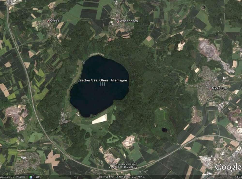 Le Laacher See, un paisible lac à l'ouest de l'Allemagne, non loin de la frontière belge, victime d'un hoax. (Image capturée sur Google Earth.)