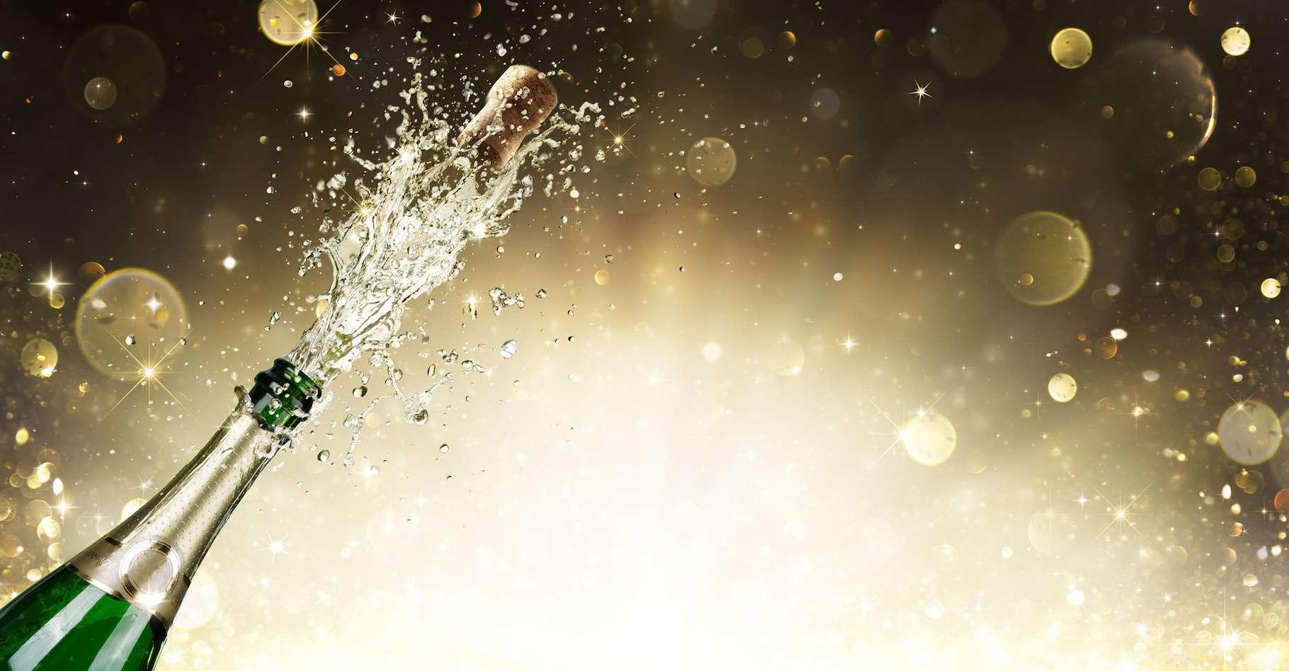 Quand une bouteille de champagne à température ambiante est débouchée, du CO2 et des traces de vapeur d'eau jaillissent à une vitesse pouvant atteindre Mach 2. © Romolo Tavani, Fotolia