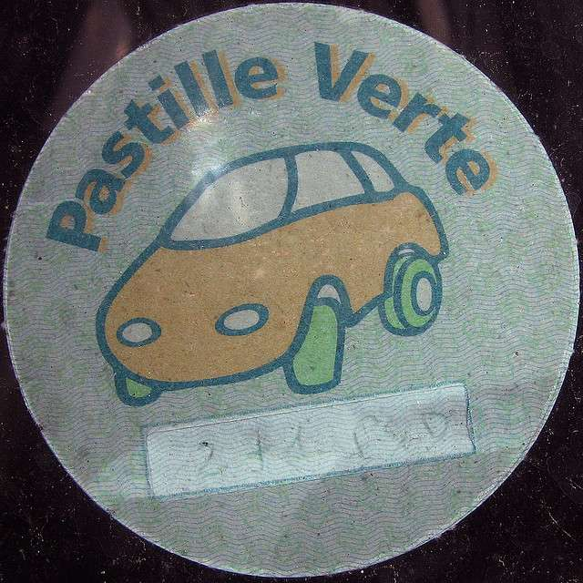 Pastille verte collée sur un parebrise. © Leo Reynolds CC by-nc-sa 2.0
