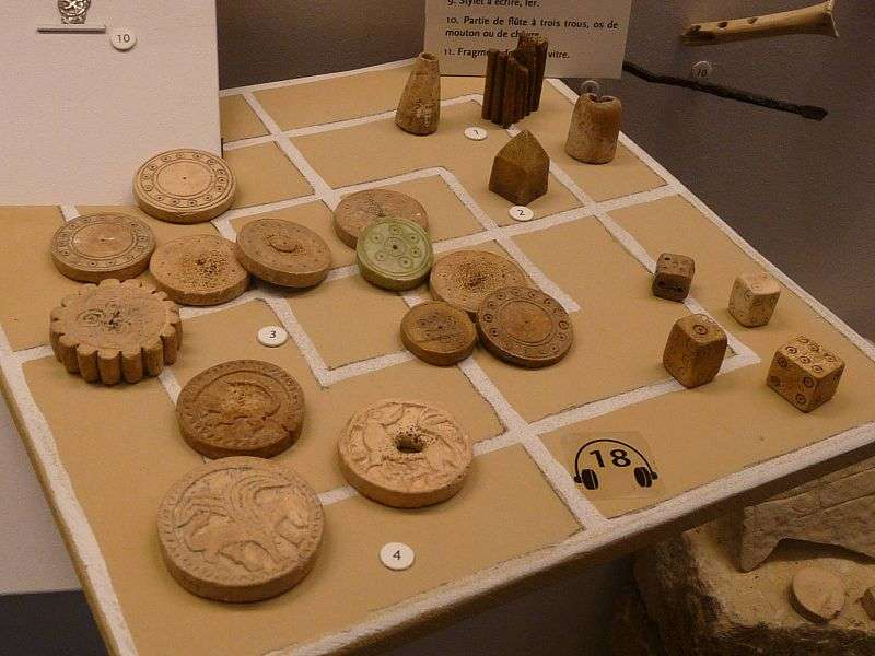 Les jeux du Moyen Âge comprenaient aussi des jeux de plateau, comme l'ancêtre du trictrac. © Jack ma, Wikimedia Commons, cc by sa 2.5