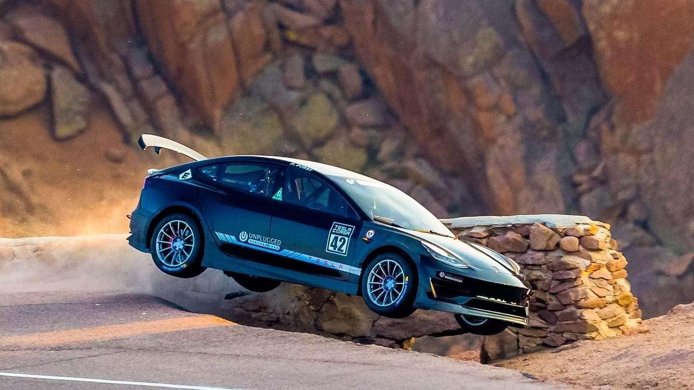 La Tesla Model 3 au moment de son crash durant les essais libres de Pikes Peak. © Unplugged Performance, Larry Chen