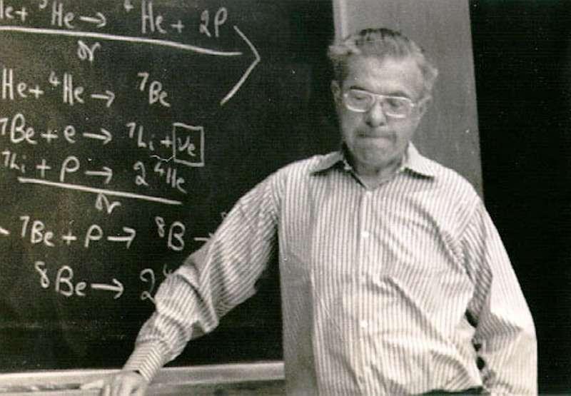 Fred Hoyle en plein cours d'astrophysique nucléaire. Il avait prédit ce que l'on appelle maintenant l'état de Hoyle à partir de l'abondance du carbone dans l'univers observable. © Astrophysics Group at Clemson University, Department of Physics and Astronomy