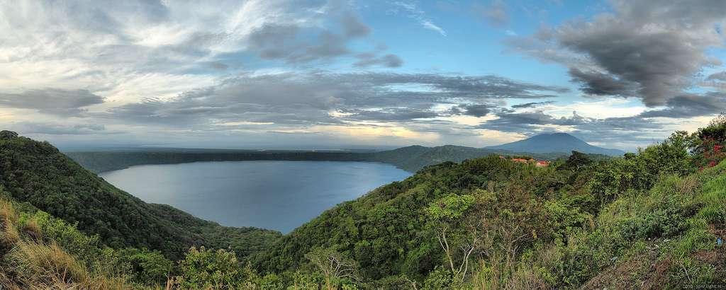 La caldera d'Apoyo, au Nicaragua, mesure 7 km de long et 6,5 km de large. Elle est apparue voilà 23.000 ans et a donné naissance à un lac. © Jon Ragnarsson, Flickr, cc by sa 2.0