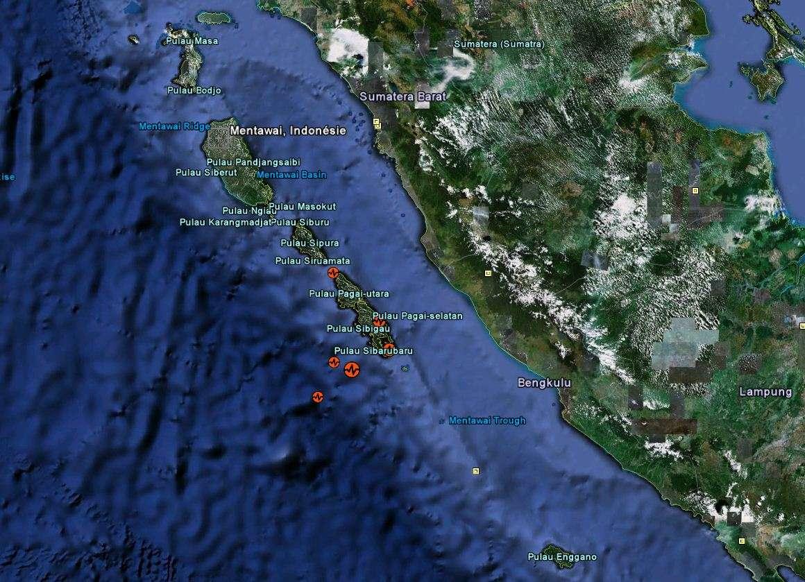 L'archipel de Mentawai est situé à l'ouest de Sumatra (à droite sur l'image). La plus large des marques rouges indique le lieu de l'épicentre du séisme du lundi 25 octobre 2010, d'une magnitude de 7,7. © Google Earth