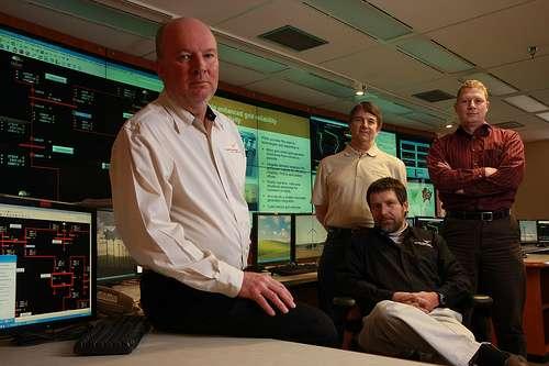 Quatre des auteurs du rapport : de gauche à droite, les scientifiques Rob Pratt et Tom Secrest et les ingénieurs Michael Kintner-Meyer (assis) et Kevin Schneider. © PNNL CC by-nc-sa