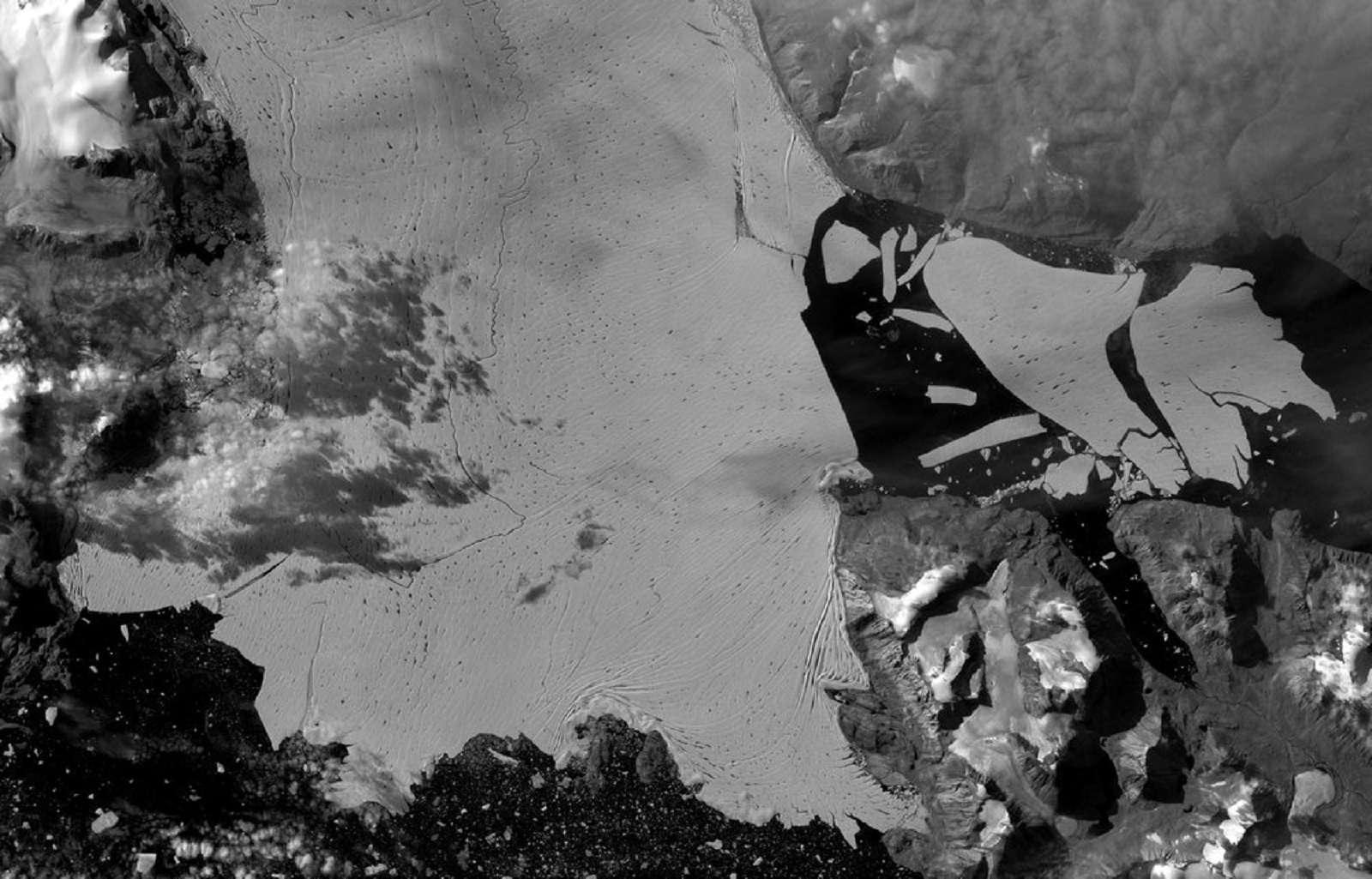 Un iceberg d'une superficie égale à celle de Paris s'est détaché de la barrière de glace groenlandaise en septembre 2020 © ESA