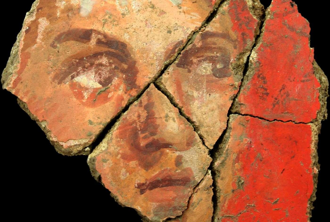 Un visage féminin peint sur le mur intérieur de cette maison romaine, sur fond vermillon, un pigment de luxe. Le style est pompéien et peu d'exemples sont connus en France. Ces fresques, à Arles, sont tout à fait exceptionnelles par leur richesse et leur état de conservation. La maison se trouvait en ville, sur la rive droite du Rhône, dans un quartier chic. © J. Boislève, Inrap, musée départemental Arles Antique