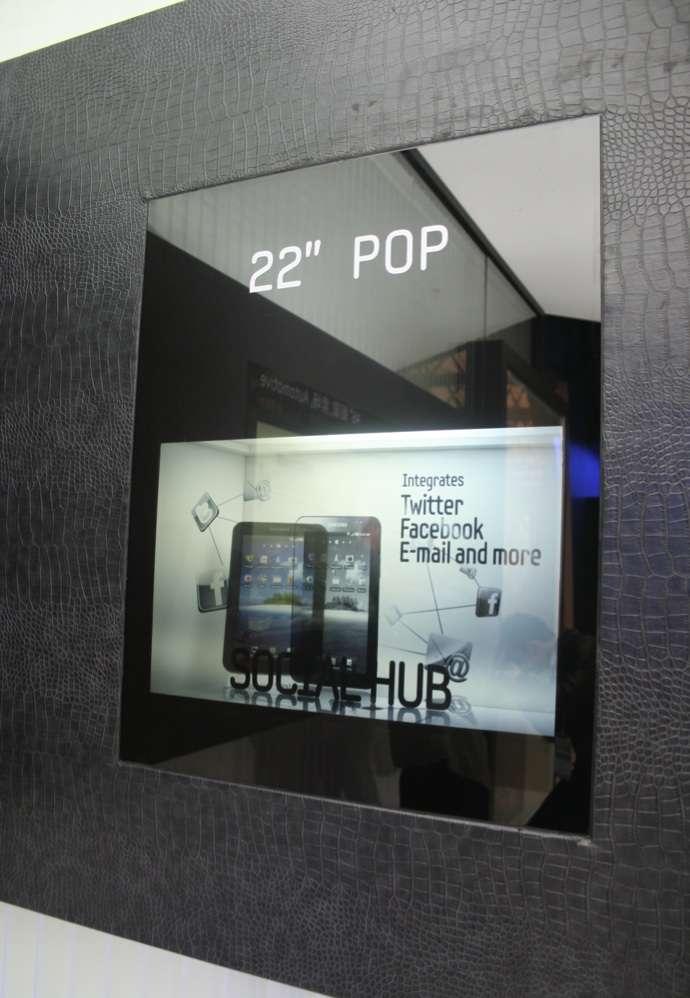 L'écran transparent 22 pouces de Samsung en démonstration au salon FPD (Flat Panel Display) en Chine. © Samsung Electronics Co.
