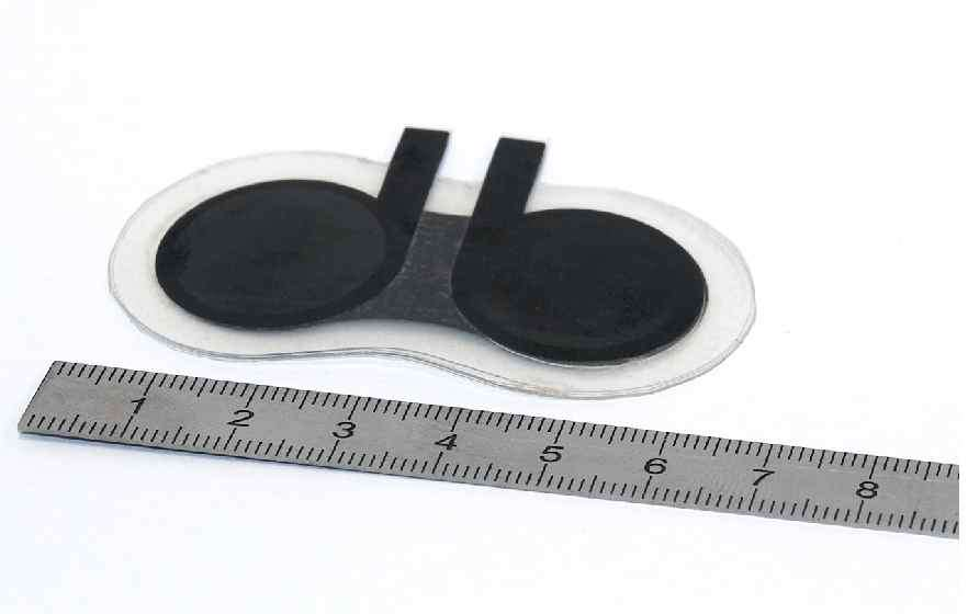 Quelques centimètres carrés pour une épaisseur inférieure au millimètre : cette batterie peut se glisser dans de multiples dispositifs et préfigure des appareils miniatures et autonomes. © Enas
