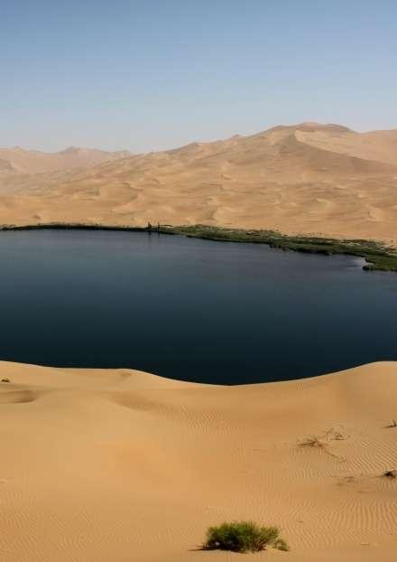 Dune géante avec des formes de relief superposées près d'un lac du désert de Badain Jaran (Mongolie intérieure, Chine). © C.Narteau, IPGP (CNRS, Paris Diderot, Sorbonne Paris Cité)