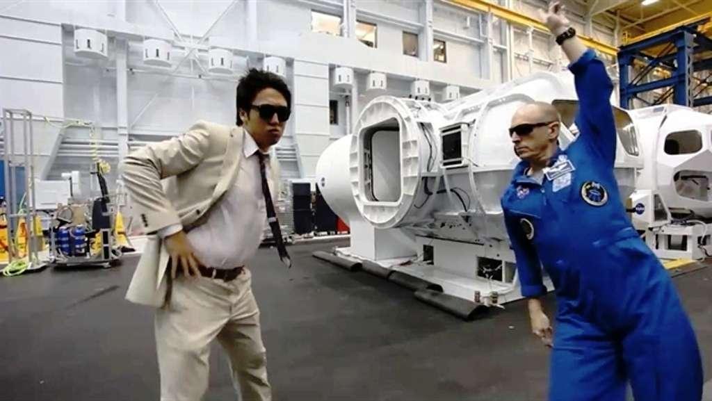 Sur la droite, on voit l'astronaute Clayton Anderson qui a été à bord de l'ISS et a participé à Neemo. Ne craignant pas l'autodérision, il danse sur la chorégraphie de Gangnam Style. © Nasa