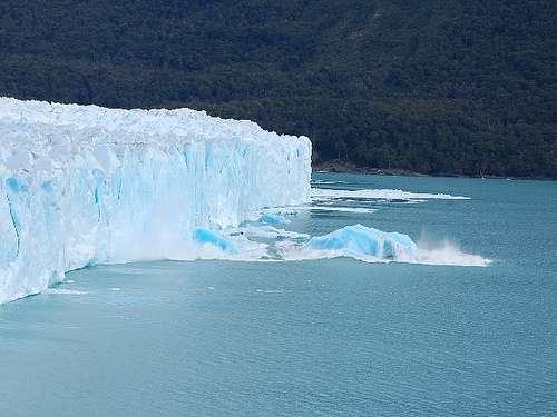 Un iceberg se détache d'un glacier au Groenland. © ollithebastard, Flickr, CC by 2.0