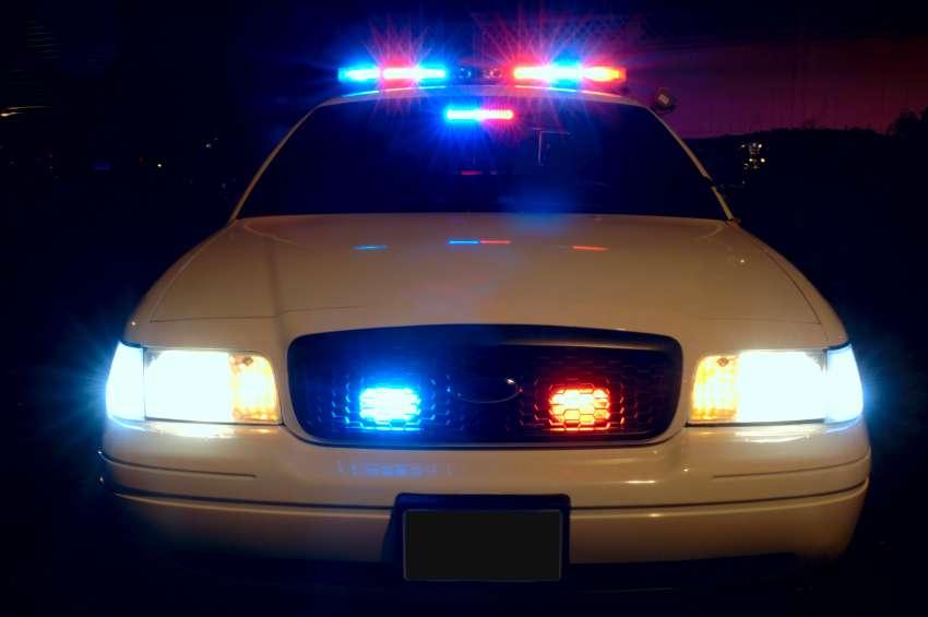 Un gendarme invente le gyrophare halogène, qui permet de signaler la présence des véhicules prioritaires. © Scott Davidson, CC BY-SA 2.0, Wikimedia Commons