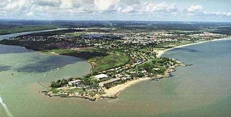 Vue aérienne de la ville de Kourou, port spatial européen en Guyane française