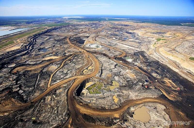 Les sables bitumineux d'Alberta constituent l'une des plus importantes réserves de pétrole au monde. Le Canada entend produire 3 % du pétrole mondial d'ici 2020. Mais cette production entraîne une pollution aux HAP (hydrocarbures aromatiques polycycliques) des lacs et rivières environnants. Avant l'installation des mines, la région était couverte d'arbres. Actuellement, seuls 4.800 km2 de réserves sont exploitables par la technique minière, ce qui représente environ 0,16 % de la forêt boréale canadienne. Aujourd'hui, l'exploitation minière en Athabasca s'étend sur environ 600 km2. © Greenpeace, Rezac