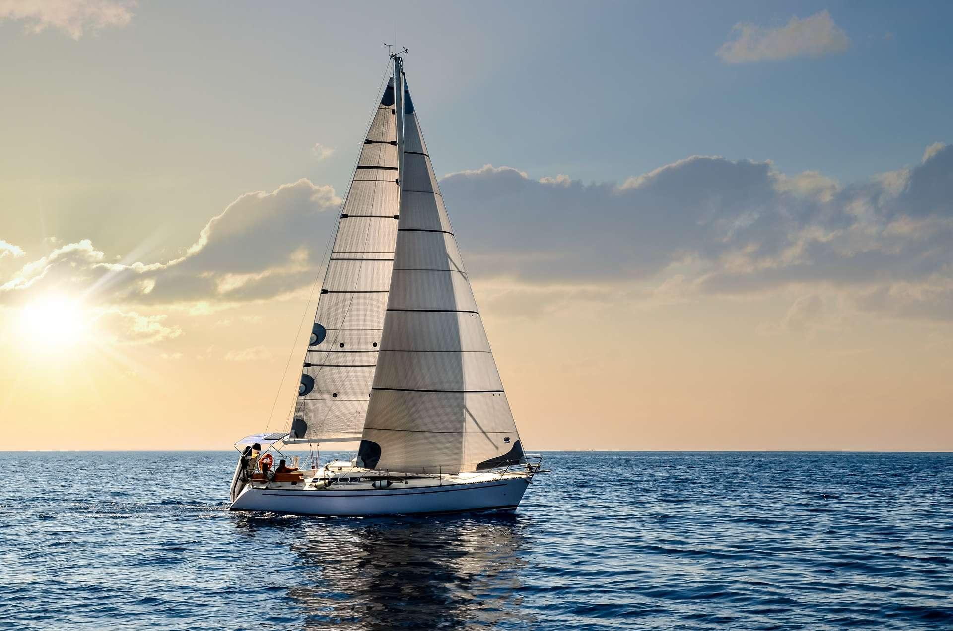À bord d'un voilier, les enfants du documentaire La Bulle Bleue sont partis explorer la biodiversité marine. Et la nouvelle vie qui s'offre à eux. © Image'in, Adobe Stock