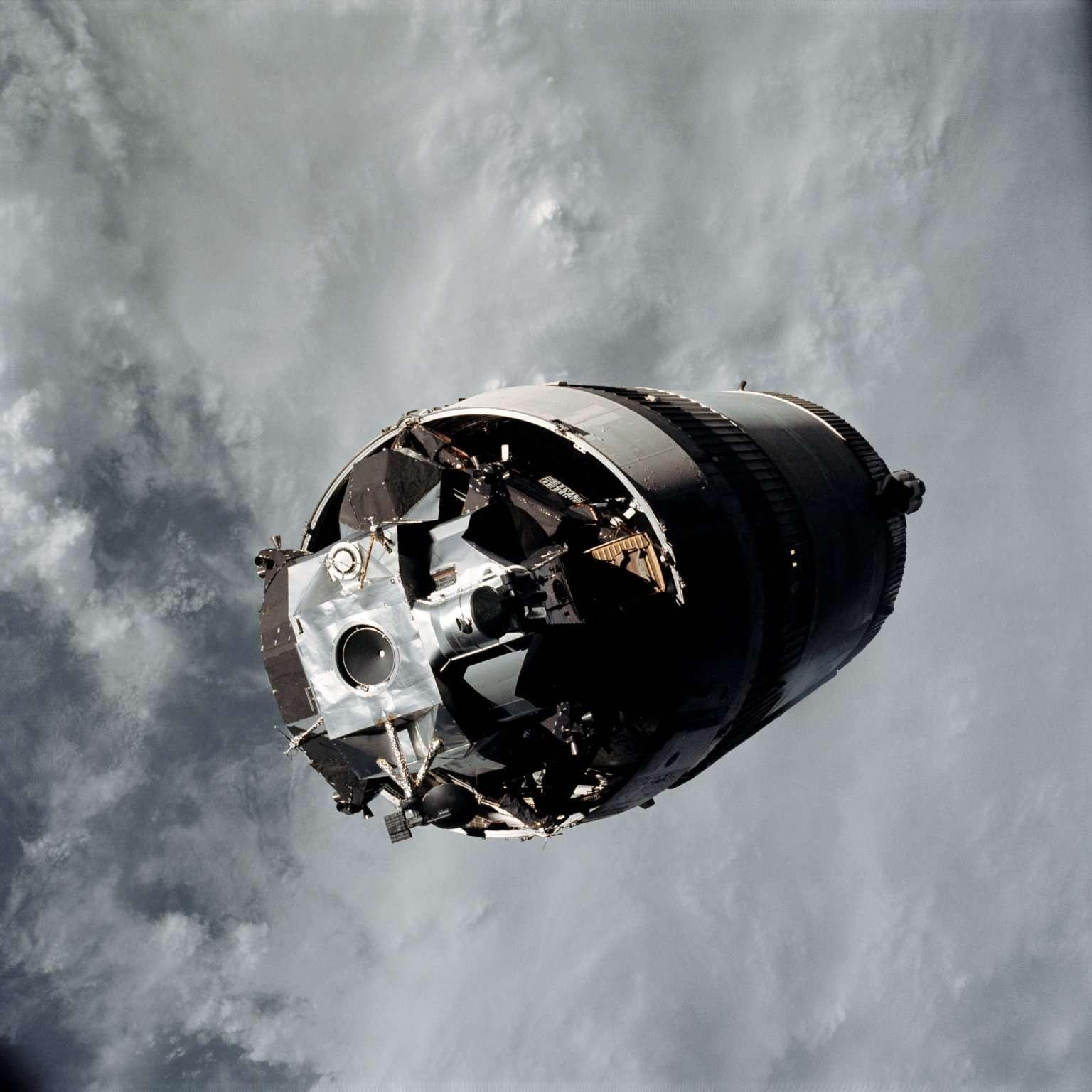 À partir d'Apollo 13, le réservoir allait (volontairement) s'écraser à chaque fois sur la surface de la Lune. La sonde LRO (Lunar Reconnaissance Orbiter Camera) les a tous retrouvés, y compris celui d'Apollo 16 qui fut longtemps recherché. Ici, l'étage S-IVB d'une fusée Saturn V qui a propulsé la mission Apollo 9. © Nasa