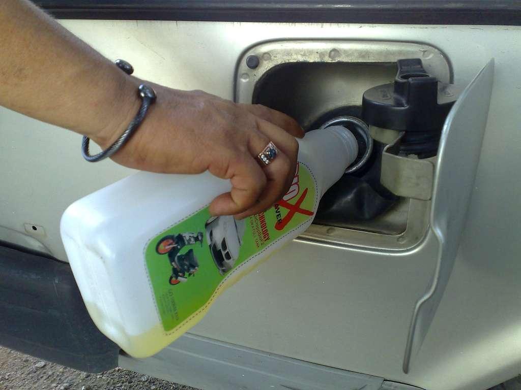 Ajout d'économiseur de carburant liquide directement dans le réservoir. Le meilleur moyen d'économiser du carburant reste encore d'adopter une conduite moins nerveuse. © Sazuwan & Friends, Wikimedia Commons, cc by nc 2.0