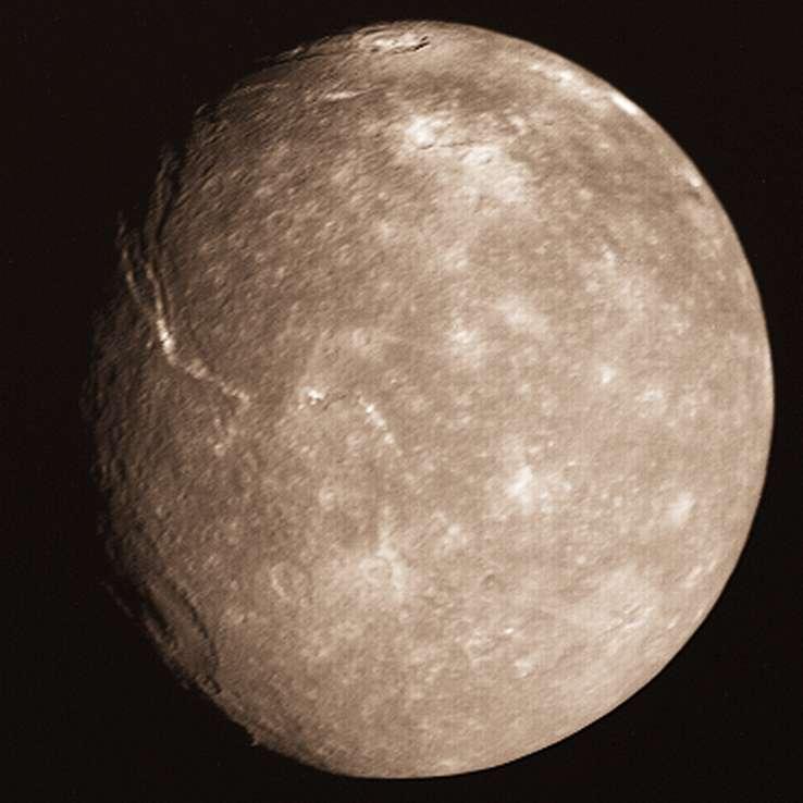 Une photo de Titania prise par la sonde Voyager 2. Crédit : Nasa, Voyager 2, Calvin J. Hamilton